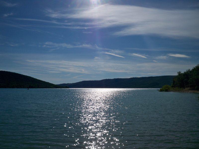 Visite du lac de Sainte Croix pour colonie de vacances séjournant aux Blacouas en pension complète